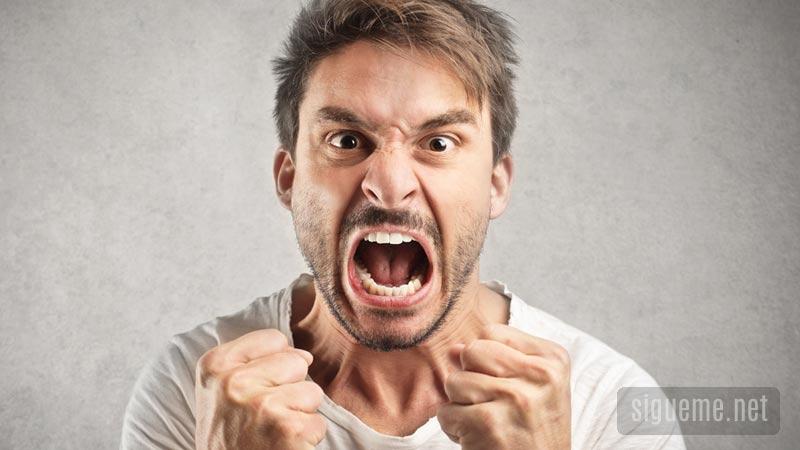 Hombre enojado, gritando, airado, mostrando los puños