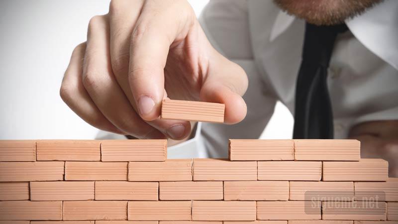Hombre pone ladrillos construye, edifica