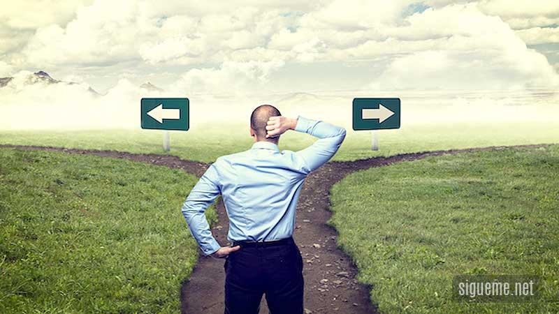 Hombre cristianos frente a dos caminos tomando decisiones
