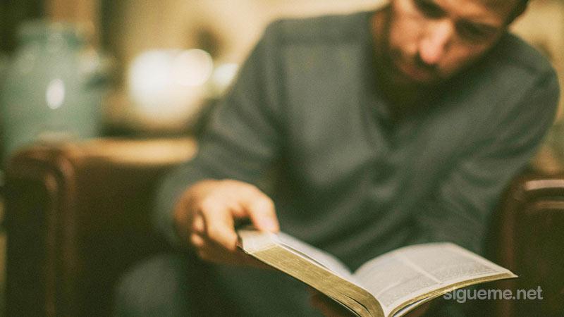 Joven Cristiano leyendo la Biblia