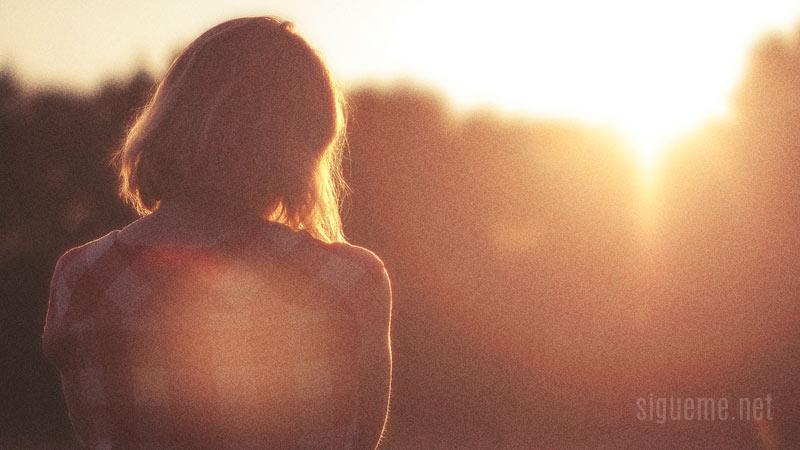 Mujer mirando el amanecer