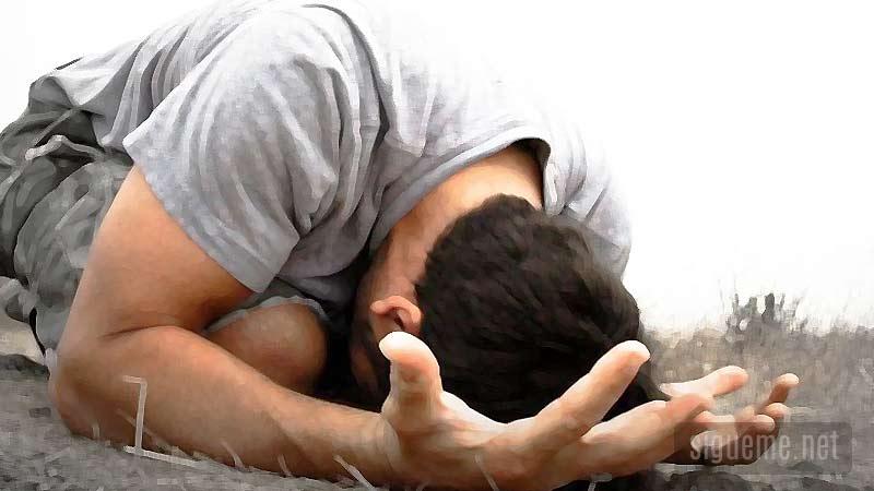 Joven cristiano de rodillas orando buscando el rostro de Dios