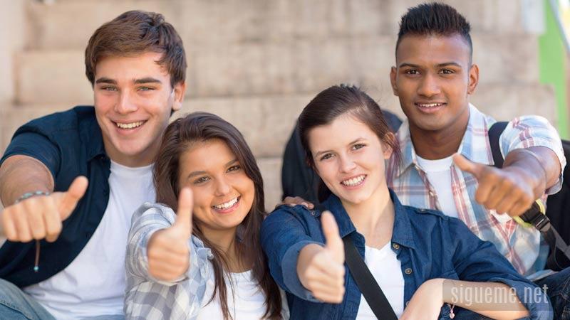 Joven frente a las oportunidades de la vida con entusiasmo