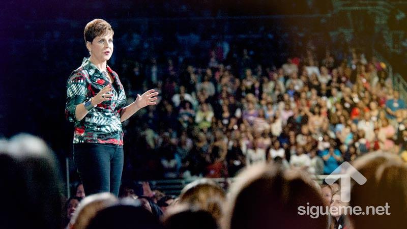 Joyce Meyer predica a las mujeres cristianas