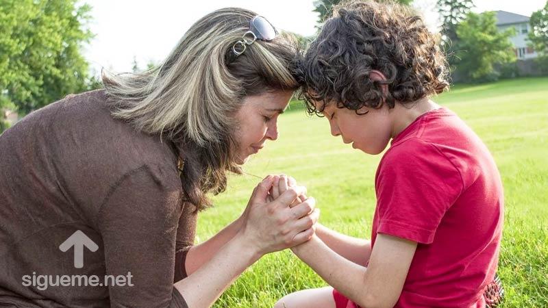 Madre ora a Dios junto a su pequeño niño