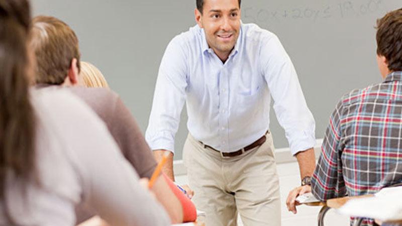 Maestro motivando a sus alumnos en la clase