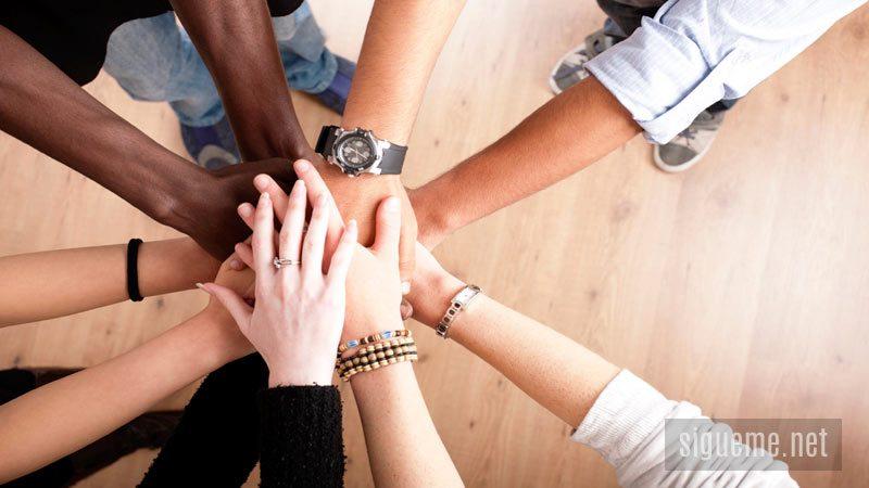 Manos que se unen en unidad de proposito
