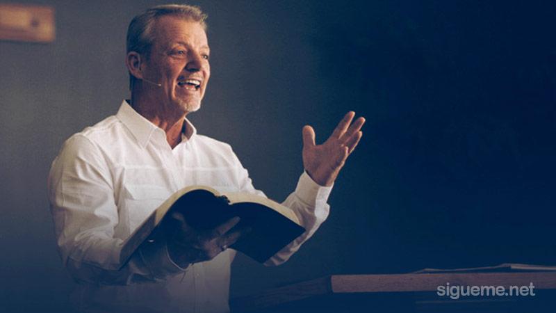 Ministro del Evangelio predicando la palabra de Dios