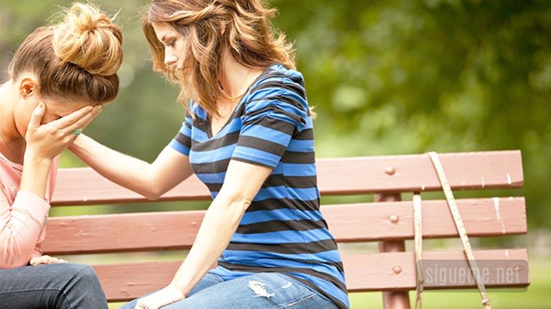 Mujer ofreciendo perdon y reconciliacion
