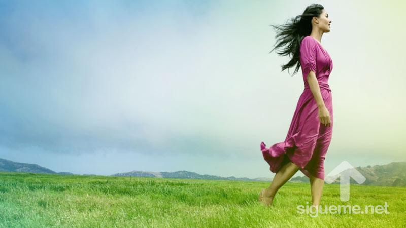 Mujer cristiana caminando con Jesus