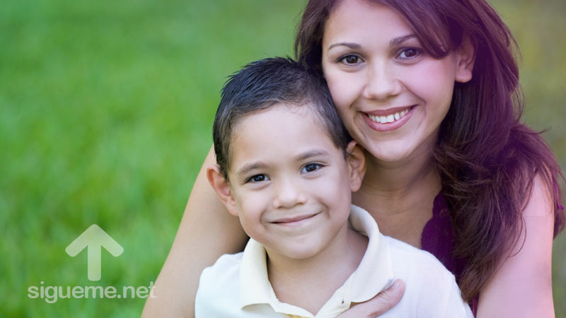 Mujer cristiana junto a su hijo sonriendo