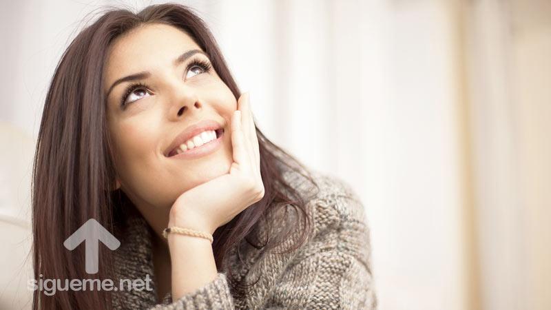 Mujer pone su mirada y su confianza en Dios