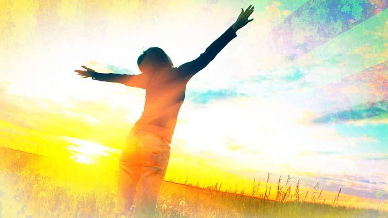 Mujer cristiana dando la gloria a Dios