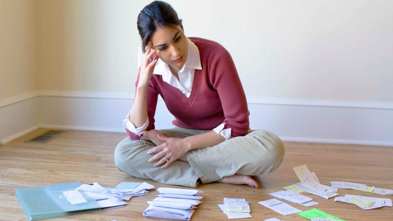 Mujer ordenando sus cuentas y su presupuesto personal