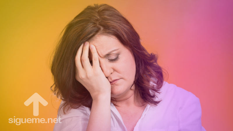 Mujer preocupada tomandose la cabeza