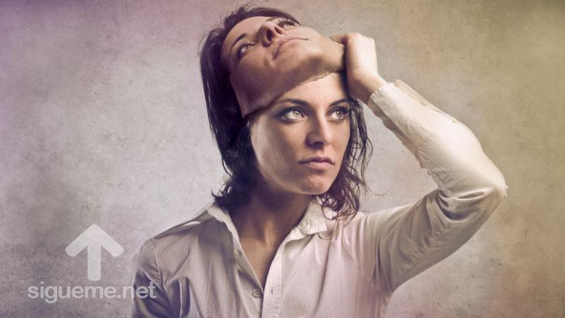 Mujer quitandose la mascara de la hipocresía