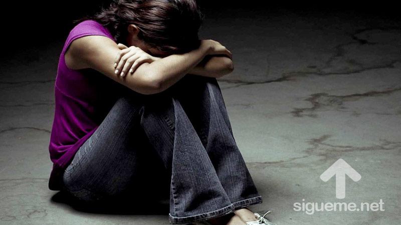 Mujer triste con dolor en su corazon