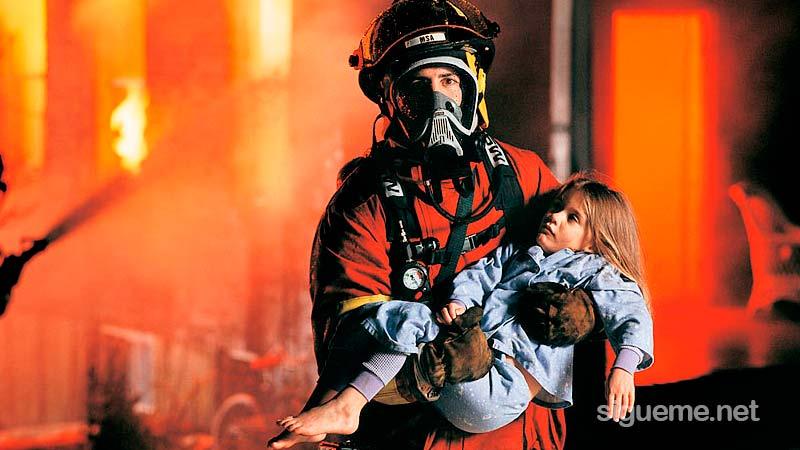 Una niña es rescatada del fuego por un bombero