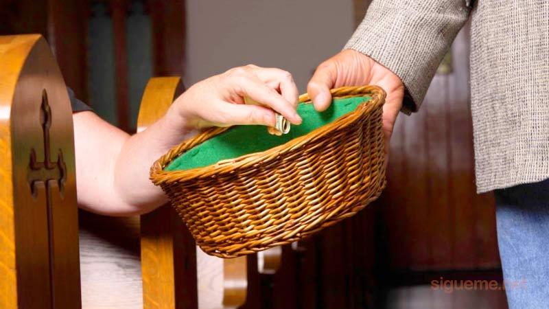 Dando la ofrenda a Dios en la Iglesia