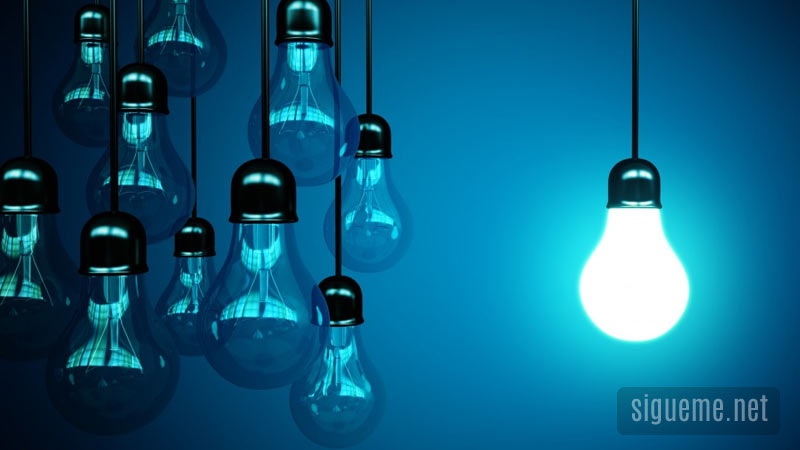 Luz encendida entre otras apagadas, oportunidad, idea, cambio y oportunidad