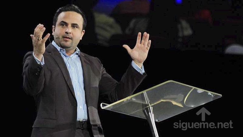 El Pastor Otoniel Font predica Corre por la vision