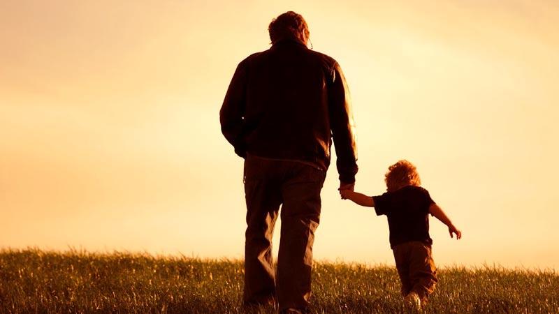 Padre camina junto a su hijo en solitario