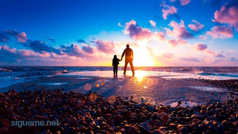 Padre e hijo de la mano contemplando el cielo