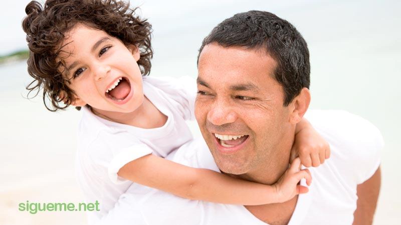 papa y su hija jugando