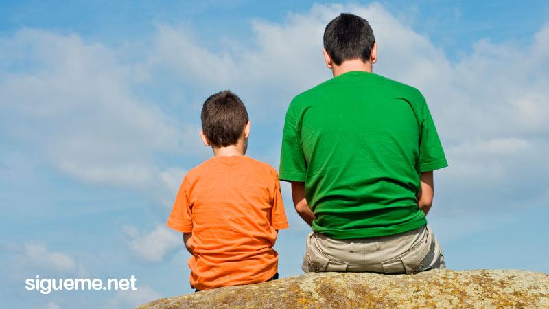 Padre reflexiona junto a su hijo sobre la vida