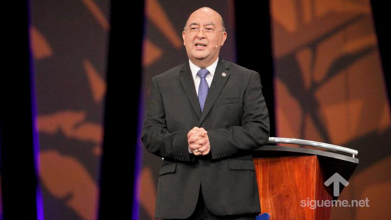 El Pastor Jorge H. Lopez predicando el sermon en Casa de Dios de Guatemala