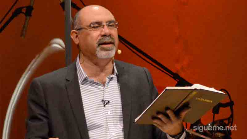 Pastor Sugel Michelen predicando el sermon en la iglesia