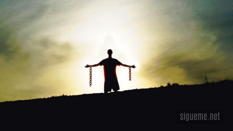 Persona libre de cadenas en libertad