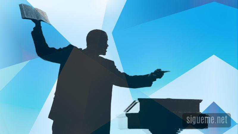 Predicador en el pulpito con la biblia en la mano