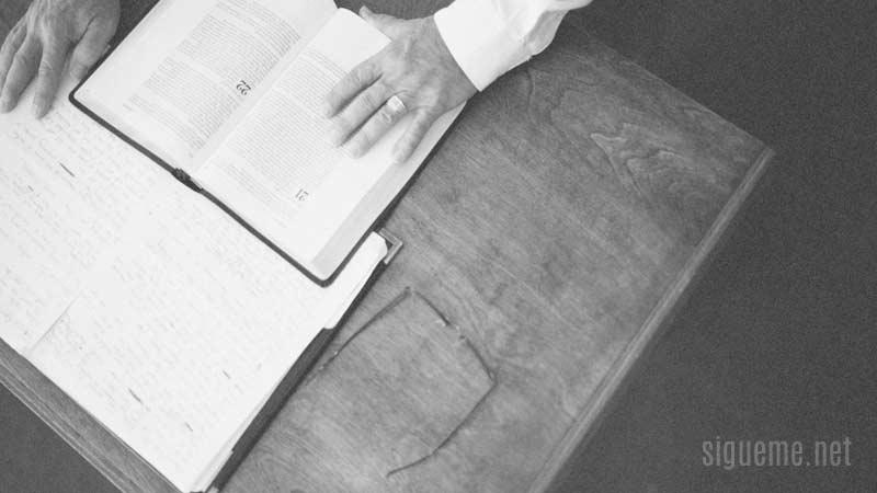 Predicador preparando las notas del sermon