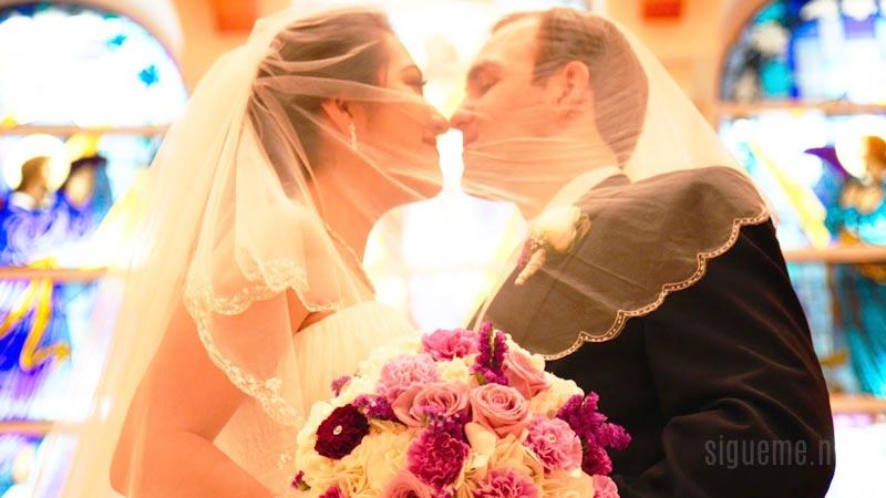 Pareja de recien casados mirandose a los ojos en la iglesia