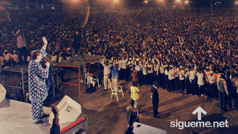 Reinhard Bonnke predicando el evangelio ante una gran multitud