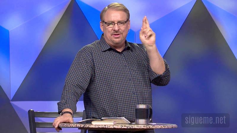 El Pastor Rick Warren predicando desde el pulpito