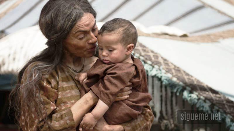 Sara esposa de Abraham con Isaac en brazos