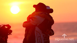 Amistad, compañerismo, jovenes abrazandose