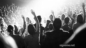 Una multitud de cristianos experimentando el avivamiento del Espiritu santo