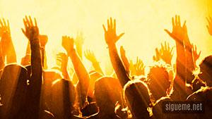 Una Multitud de creyentes Recibiendo el Espiritu Santo