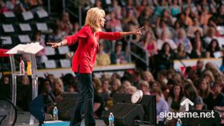 Beth Moore predicando a mujeres cristianas