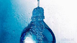 Botella llena de agua desbordando