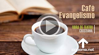 Taza de cafe humeante junto a una biblia