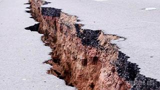 Camino agrietado por terremoto