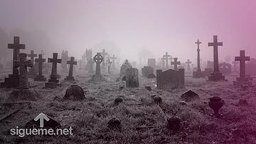 Un cementerio con tumbas antiguas