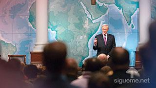 El pastor Charles Stanley predica en su sermon las formas para buscar a Dios