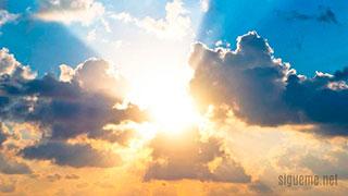 Cielo azul, nubes y rayos de sol simbolo