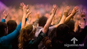Una multitud de cristianos oran con fervor a Dios