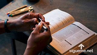 Cristiano estudiando la Palabra de Dios